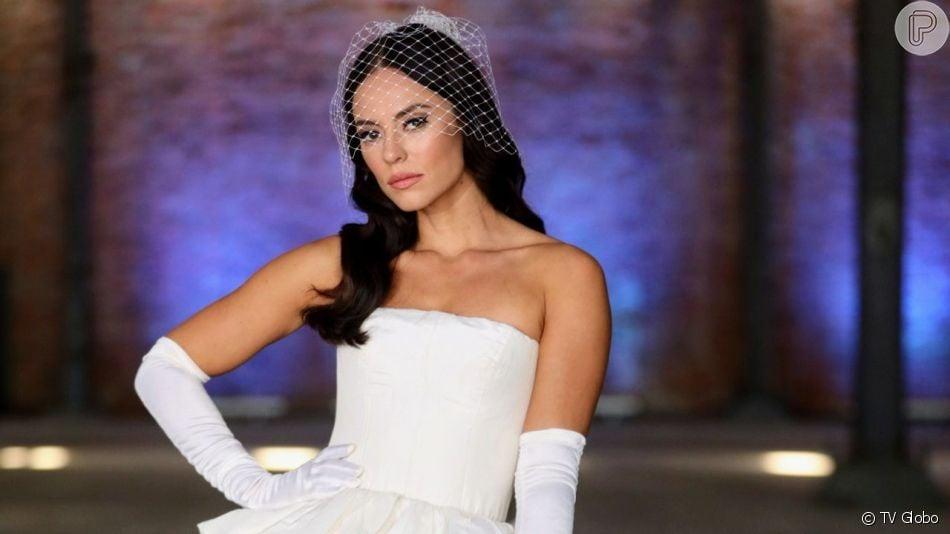 Personagem de Paolla Oliveira se casa com vestido ousado na novela 'A Dona do Pedaço'