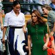 Meghan Makle usou  camisa social branca com estampa em azul da Hugo Boss em torneio de Wimbledon