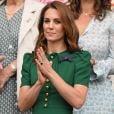 Kate Middleton usou  vestido e bolsa Dolce & Gabanna, scarpin Rupert Sanderson e brincos Asprey London em campeonato