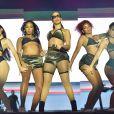 Anitta apresenta coreografia ao lado de bailarinas em show