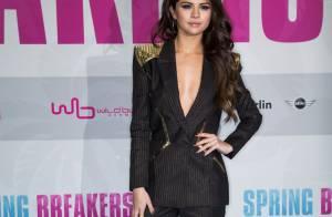 Selena Gomez exibe decote profundo em première de 'Spring Breakers' na Alemanha