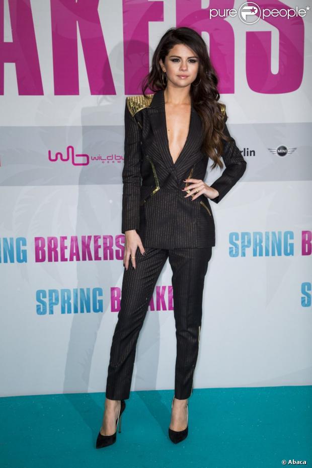 Selena Gomez exibe enorme decote na première do filme 'Spring Breakers', em Berlim, na Alemanha, em 19 de fevereiro de 2013