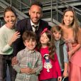 Neymar posou com Patricia Abravanel e  Daniela Beyruti, filhas de Silvio Santos