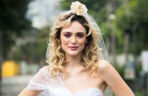 Vestido curto e bota trançada: o look de noiva de Manuzita em 'Verão 90'. Fotos!