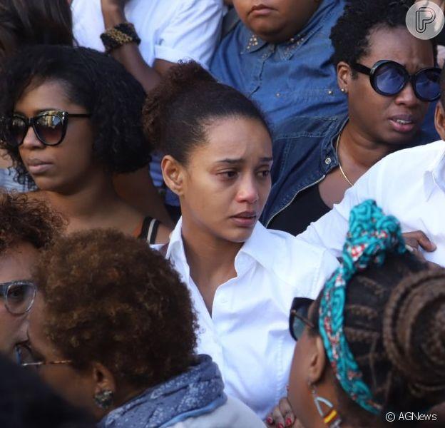 Abalados, Taís Araujo e Lázaro Ramos choram em velório de Ruth de Souza
