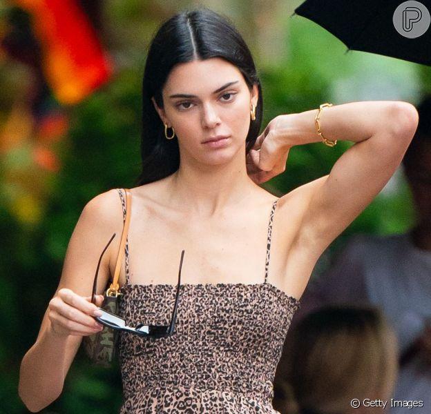 Kendall Jenner é adepta do modelo de bolsa com alça curtinha