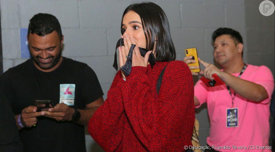 Bruna Marquezine reage ao ver bolo surpresa de aniversário após show de Sandy e Júnior