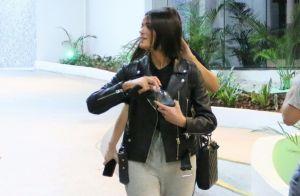 Bruna Marquezine dá pegada rocker a aerolook com jaqueta de couro. Fotos!