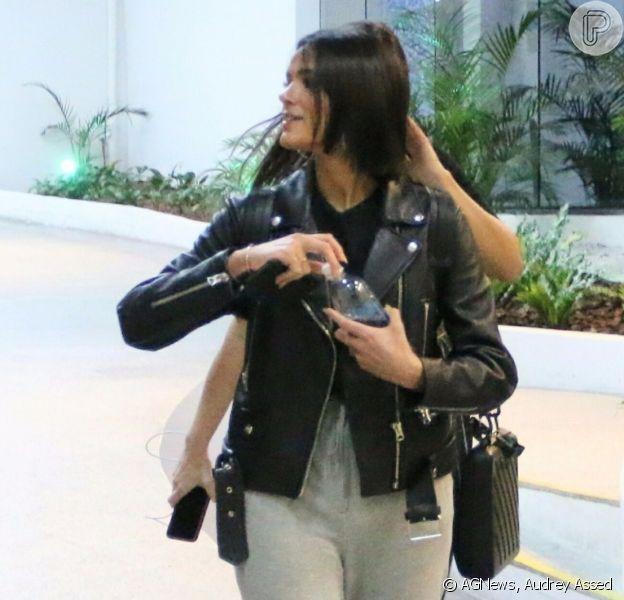 Bruna Marquezine dá pegada rocker a aerolook com jaqueta de couro nesta quarta-feira, dia 07 de outubro de 2019