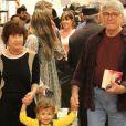 Sergio Chapelin foi clicado em raro momento com a mulher e neto