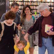 Sérgio Chapelin e a mulher se divertem com neto em noite de autógrafos. Fotos!