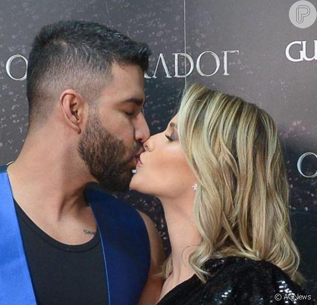 Gusttavo Lima trocou beijos com a mulher, Andressa Suita, no bastidor e durante show em Barretos se emocionou ao lembrar trajetória