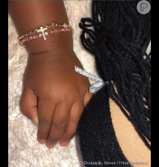 Filha de Khloe Kardashian mostra em foto joia de ouro e safira