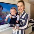 Thaeme Mariôto combinou look estilo marinheiro com a filha, Liz