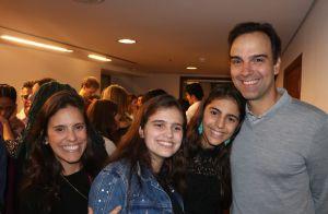 Tadeu Schmidt curte musical com a mulher e filhas, Valentina e Laura. Fotos!