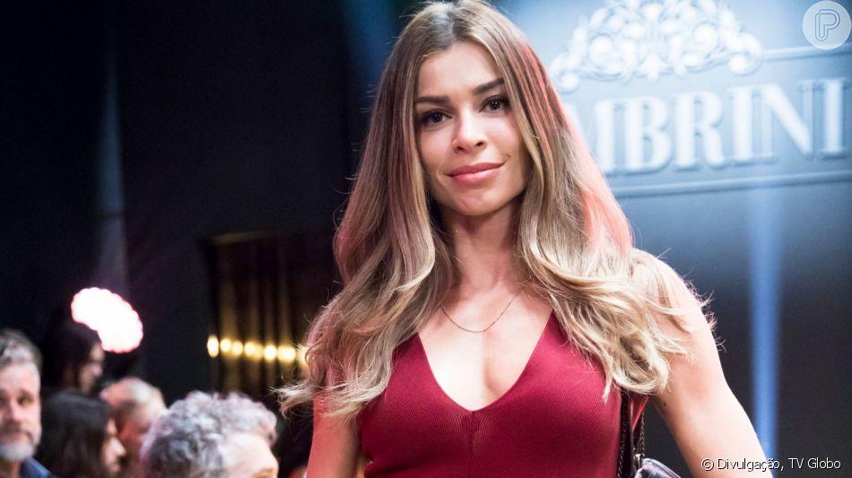 Grazi (Paloma Massafera) fica famosa após ganhar elogio de Silvana na novela 'Bom Sucesso'