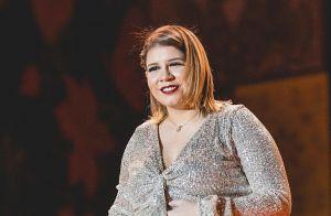 Marília Mendonça destaca barriga de gravidez em look e web nota: 'Léo crescendo'