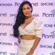 Simaria usa colar personalizando com seu nome escrito e pares de brincos minimalistas da Rommanel em foto postada no Instagram