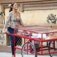 Maria da Paz (Juliana Paes) chama Josiane (Agatha Moreira) para trabalhar vendendo bolo na barraquinha na novela 'A Dona do Pedaço'