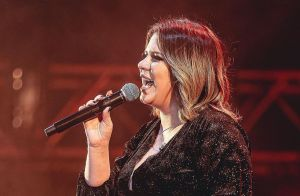 Marília Mendonça usa look preto em show e brinca: 'Acharam que era Gisele'