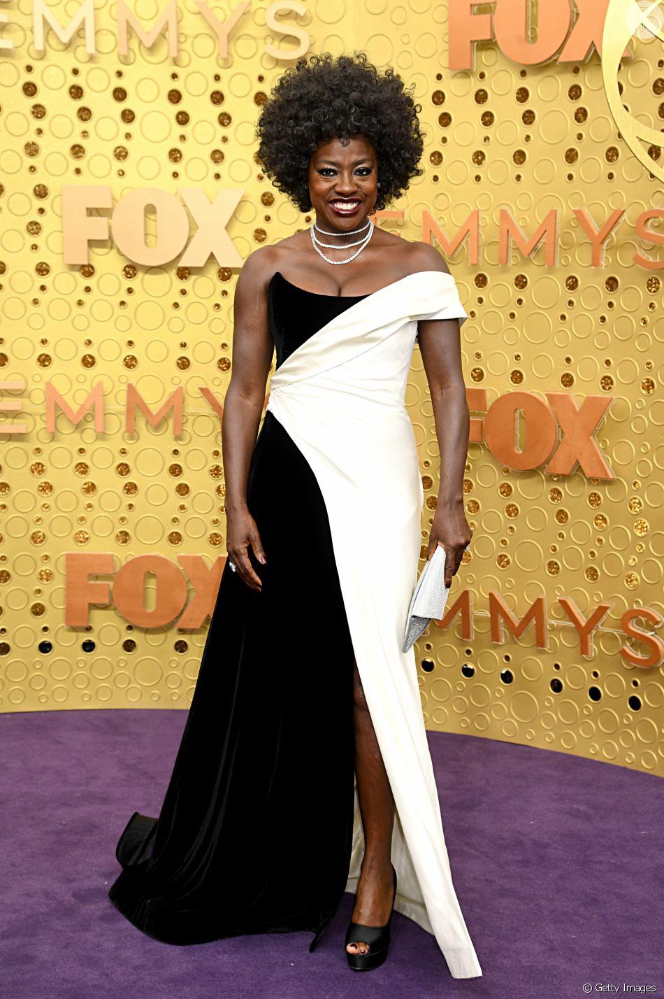 Viola Davis apostou em um vestido tomara que caia em preto e branco da grife Alberta Ferretti para o Emmy Awards 2019
