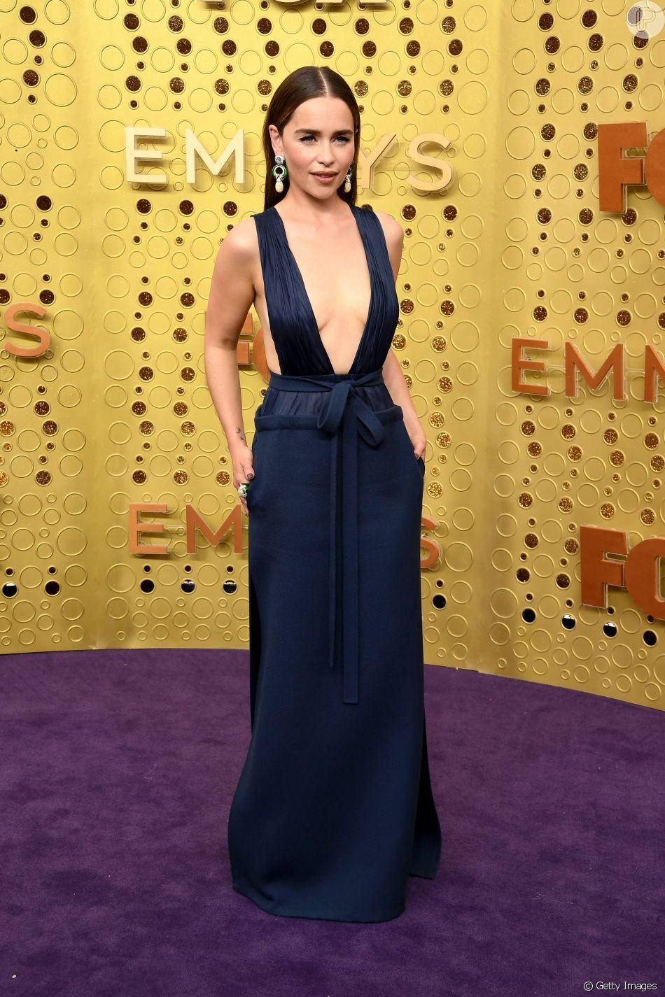 Para o Emmy Awards, a atriz Emilia Clarke apostou em um vestido ultradecotado da coleção de Alta-Costura de Valentino