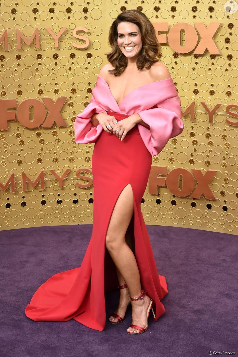 Mandy Moore apostou na tendência do look rosa e vermelho com um vestido da grife Brandon Maxwell no Emmy Awards 2019