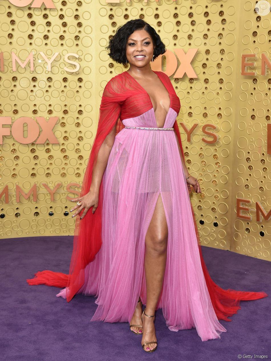 Vermelho e rosa é trend! A atriz Taraji P. Henson usou um vestido longo esvoaçante da grife Vera Wang no tapete vermelho do Emmy Awards 2019