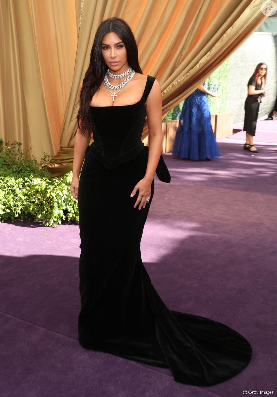 Para o Emmy Awards 2019, Kim Kardashian apostou em um vestido de veludo preto e colares de correntes, uma das tendências da temporada