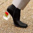 Bruna Marquezine usa sapato com salto transparência e flores em look para desfile em Paris nesta quarta-feira, dia 25 de setembro de 2019