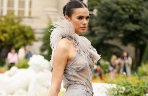 Transparência, pluma e clutch estilosa: look de Bruna Marquezine em novo desfile