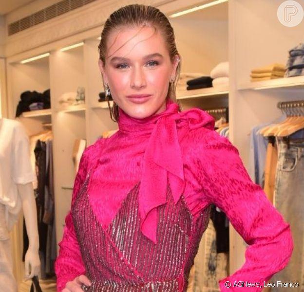 Fiorella Mattheis elegeu look total pink com vestido de fio metalizado e blusa de seda. Confira os detalhes!