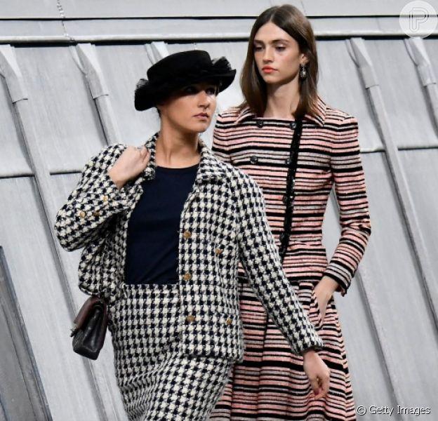 A blogueira francesa Marie Benoliele invadiu o desfle da Chanel em Paris, nesta terça-feira, dia 1 de outubro de 2019. Saiba os detalhes!