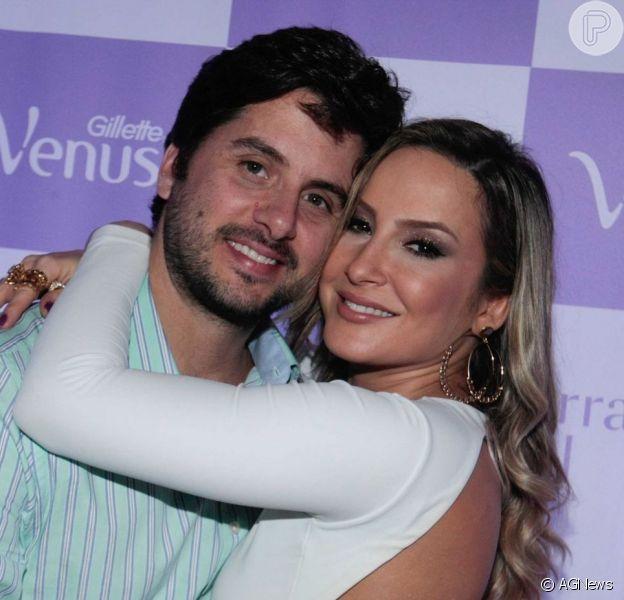 Claudia Leitte filmou o marido, Marcio Pedreira, dançando seu novo hit, 'Bandera', com a filha, Bela, de 1 mês, nos braços