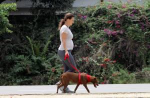 Paula Braun exibe barriguinha de grávida durante caminhada no Rio