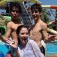Sophia Valverde posou com o namorado, Lucas Burgatti, e o colega de novela 'As Aventuras de Poliana', Igor Jansen, em parque aquático