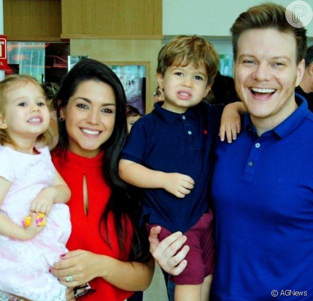 Filhos de Thais Fersoza e Michel Teló foram com os pais ao show de Sandy e Junior