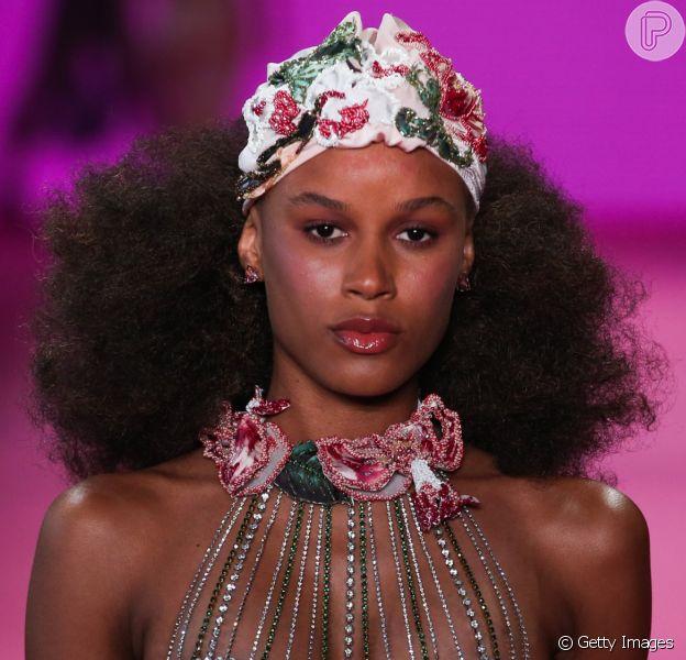 Moda Verão 2020: bolsa, óculos de sol, bijoux e touca de banho são algumas das tendências desfiladas no São Paulo Fashion Week