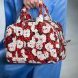 Bolsa de mão: a estampa floral com fundo escuro vem com força para a primavera e foi a escolha da Reinaldo Lourenço para o São Paulo Fashion Week