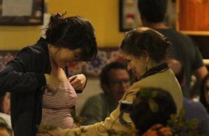 Mãe de Giselle Itié faz carinho no barrigão da primeira gravidez da filha. Fotos