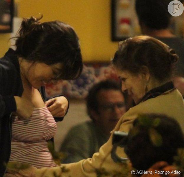 À espera do primeiro filho, Giselle Itié ganhou carinho da mãe no barrigão da primeira gravidez