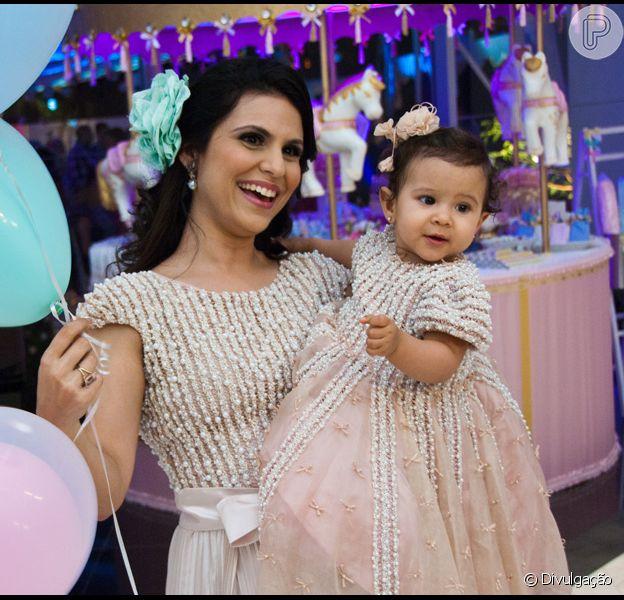 Aline Barros e a filha, Maria Catherine, na festa de um ano da menina. Os vestidos, idênticos, foram feitos exclusivamente pela grife da cantora gospel, 'Minha Maria'