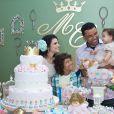 A família reunida em frente ao bolo: Aline Barros com o marido, Gilmar Santos, a filha Maria Catherine e o filho Nicolas