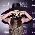Camila Pitanga combinou vestido rendado com transparência e chapéu para baile em hotel de São Paulo, nesta quinta-feira, 31 de outubro de 2019