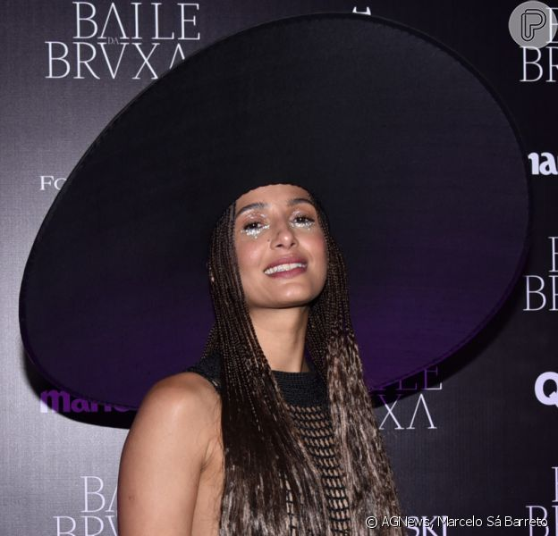 Camila Pitanga apostou em look rendado e cabelo trançado para o Baile da Bruxa: 'Cinco horas para trançar'
