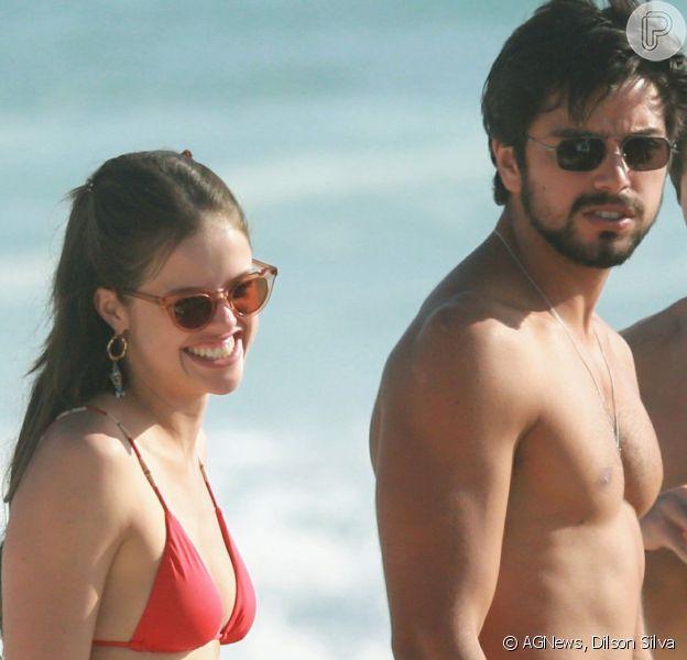 Agatha Moreira e Rodrigo Simas se divertiram entre amigos na praia da Barra da Tijuca, zona oeste do Rio, neste sábado, 16 de novembro de 2019