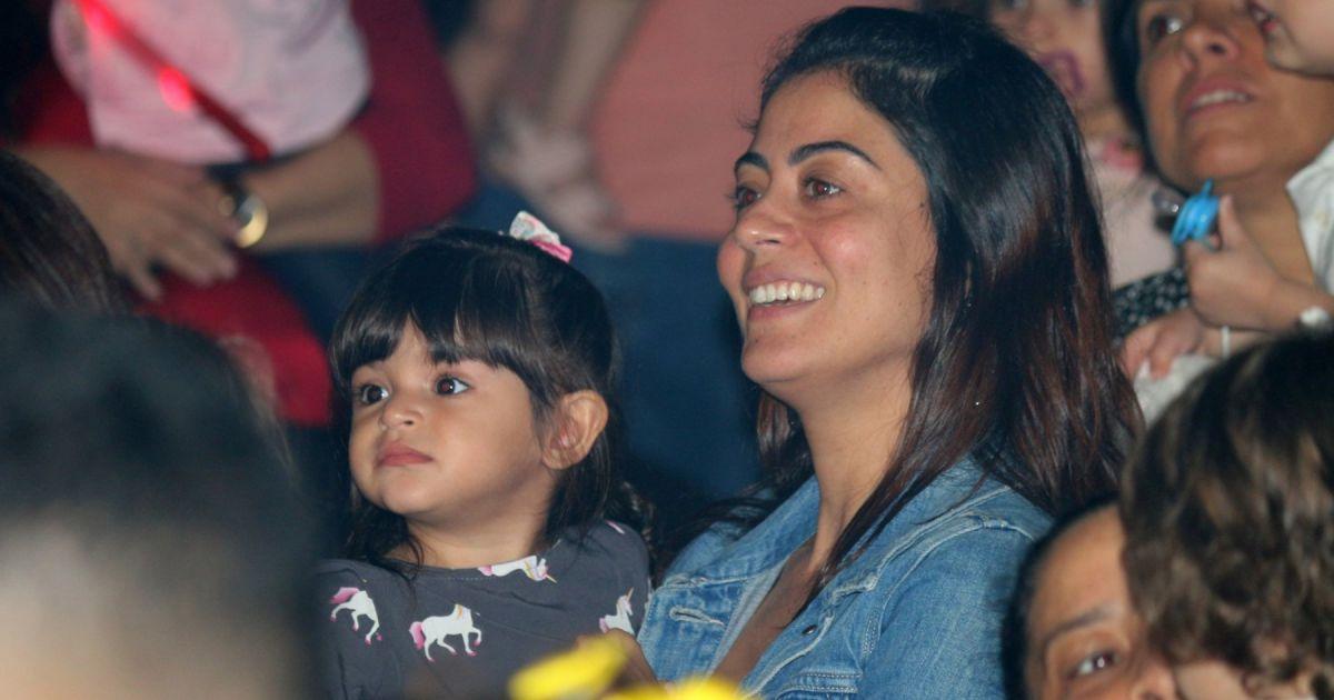 Veja fotos da reação da filha de Carol Castro ao ver os palhaços Patati e Patatá - Purepeople.com.br