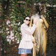 Bruna Marquezine visitou a Casa de Julieta, em Verona, e seguiu a tradição de passar a mão nos seios da personagem