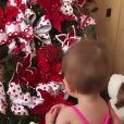 Zoe, filha de Sabrina Sato e Duda Nagle, ficou encantada com árvore de Natal