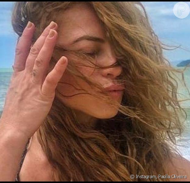 Paolla Oliveira curte férias na praia e compartilha foto com biquíni estampado e cabelo natural nesta quarta-feira, dia 27 de novembro de 2019